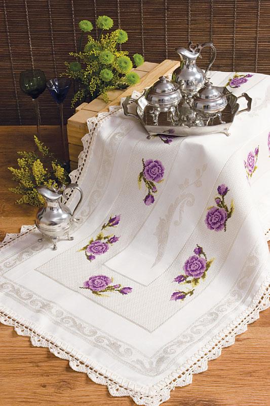 Trilho de mesa com flores lilás