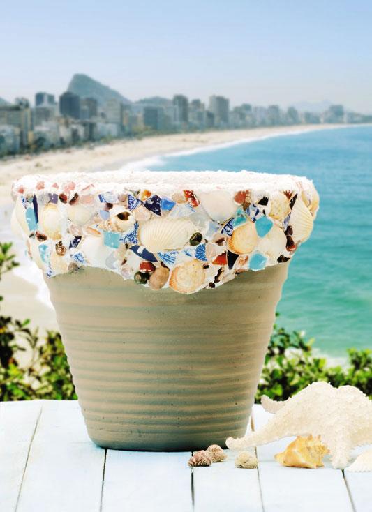 Vaso de cerâmica com conchas