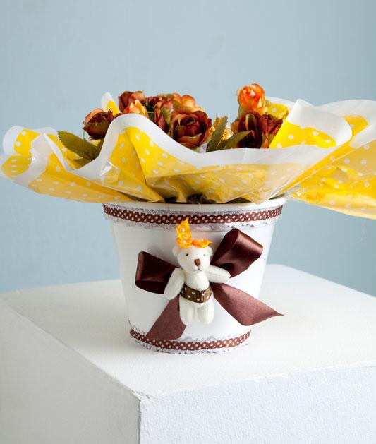 Vaso de flor decorado com roupinhas de bebê
