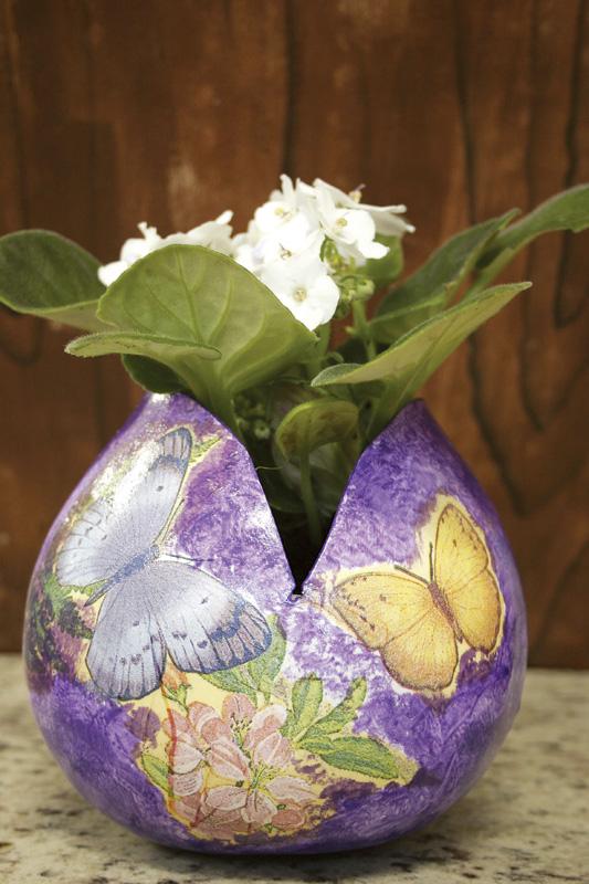 Vaso de cabaça com découpage de flores e borboletas