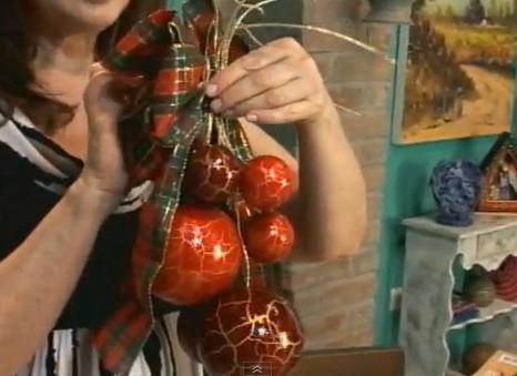 Veja como criar um arranjo de Natal com bolas craqueladas