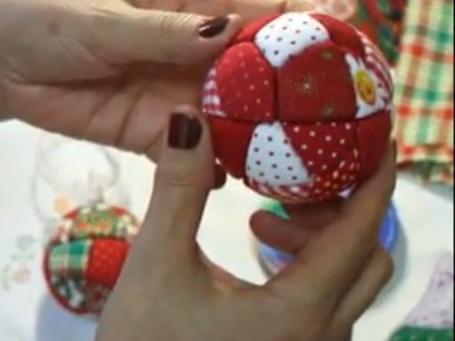 Aprenda a fazer uma bola de natal com patch embutido