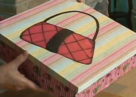 Caixa com forração de tecido com motivos femininos