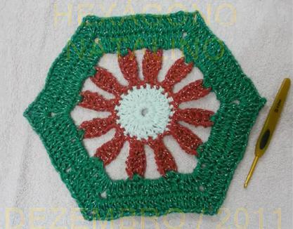 Veja como fazer um belo enfeite natalino de crochê