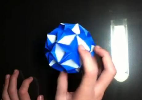 Aprenda o Kusudama, a arte dos origamis que se encaixam.