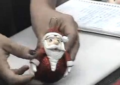 Veja como decorar sua bola de Natal usando biscuit