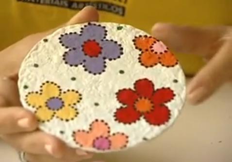 Crie pêndulos com papel machê, CD e tinta
