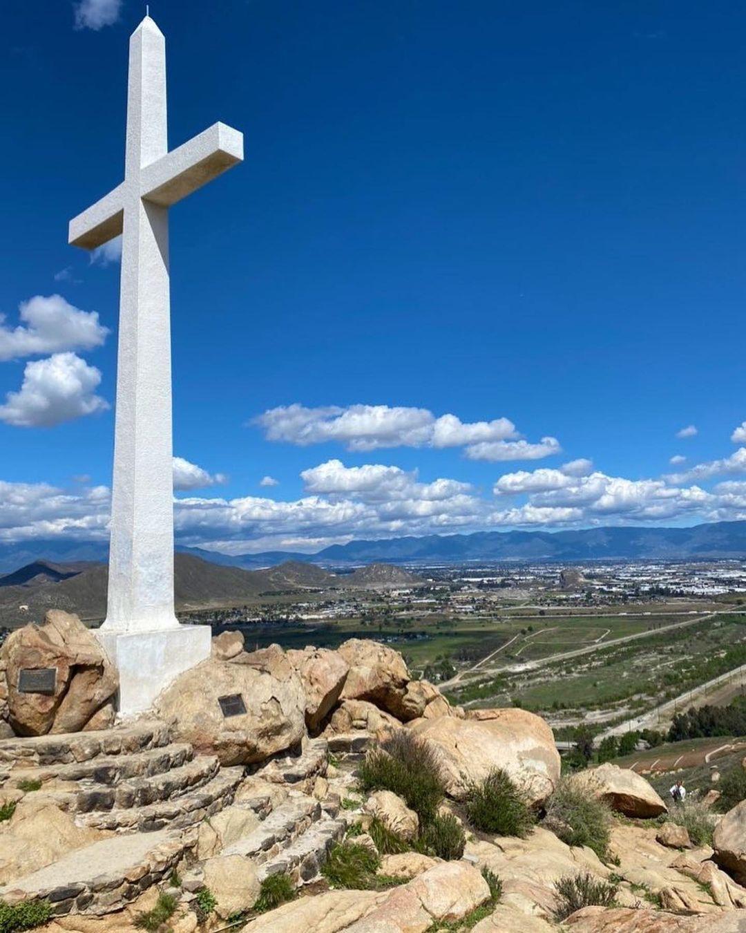 Riverside在天空下的十字架✝️ 图1