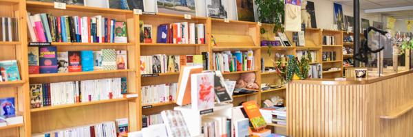Nous proposons de la littérature française, étrangère, VO, jeunesse, bandes dessinées, développement personnel, beaux-arts, histoire, société... etc ...