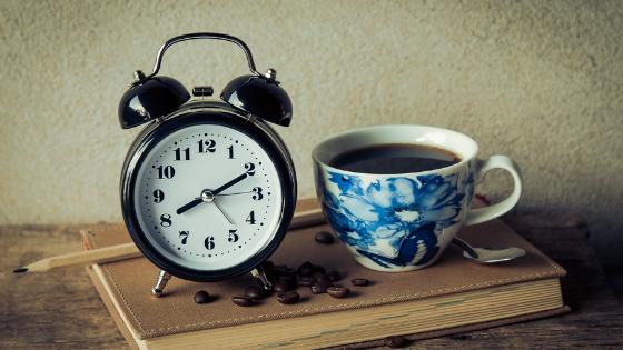 Image réveil et tasse de café sommeil et productivité