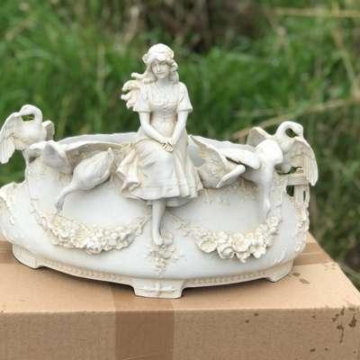 """Статуэтка из бисквита """"Девушка и лебеди"""" в стиле Людовик XVI Франция, начало 20 века"""