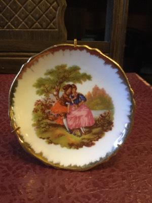 Декоративная кукольная тарелка на подставке в наличии