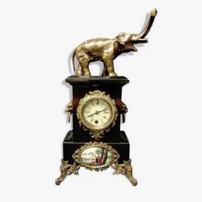 Настольные часы с бронзовой фигурой слона и фарфоровым медальоном. в стиле Классицизм (классика), Франция, середина 19 века