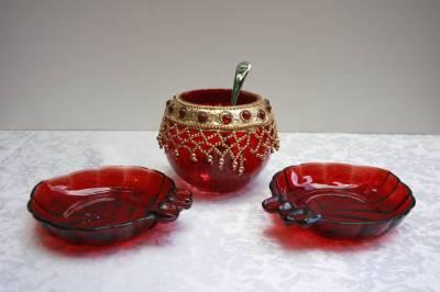 Винтажная ваза красное стекло( бисер) с 2 мя розетками под варенье и ложкой в наличии