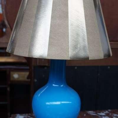 Настольная опалиновая лампа с золотым абажуром. в стиле Классицизм (классика) Франция, начало 20 века
