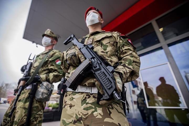 უნგრეთის სამხედრო პოლიციის პატრულირება ბუდაპეშტის ქუჩებში.