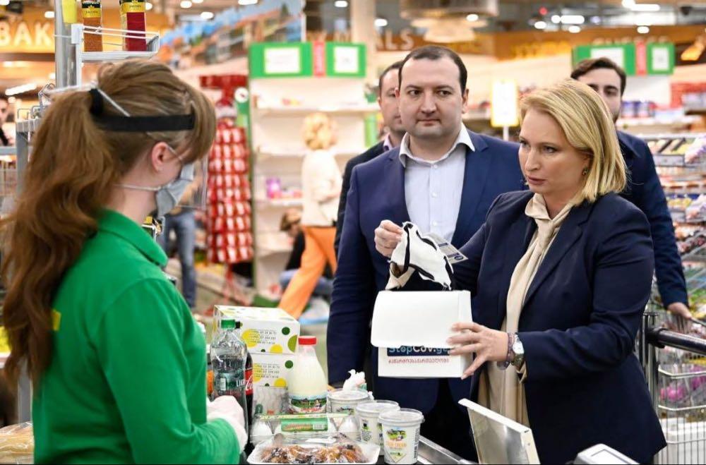 თურნავა სურსათის მაღაზიების თანამშრომლებისთვის ქართული პირბადეების დარიგების პროცესს დაესწრო