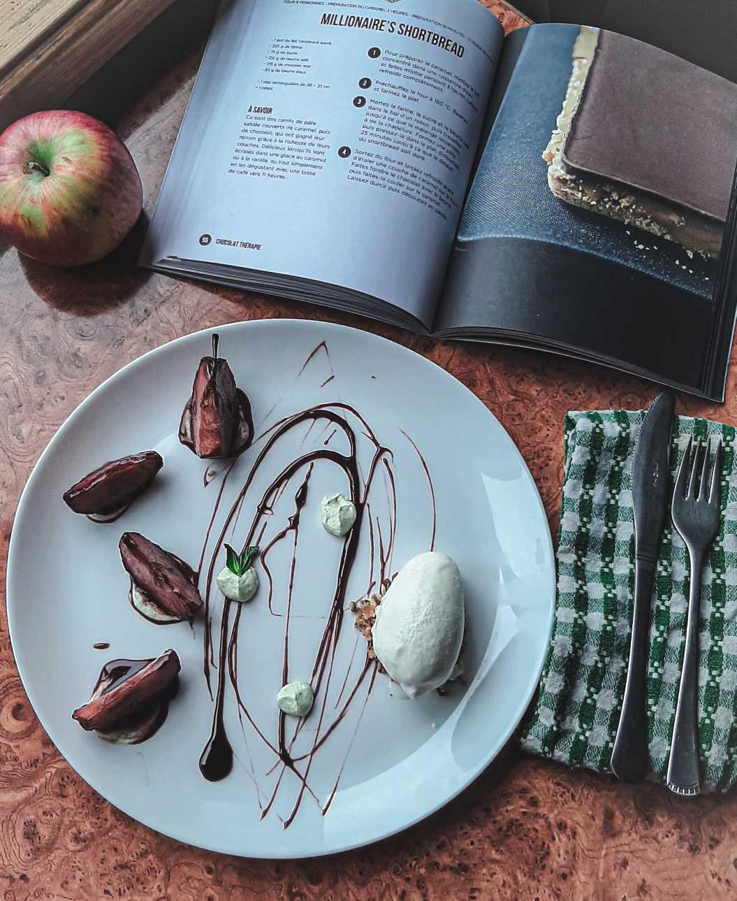 """""""ნიუტონის ვაშლი"""" ტკბილ-ცხარე საფერავის კარამელთან, პიტნიანი ნადუღის კრემთან და მაწვნის ნაყინთან."""