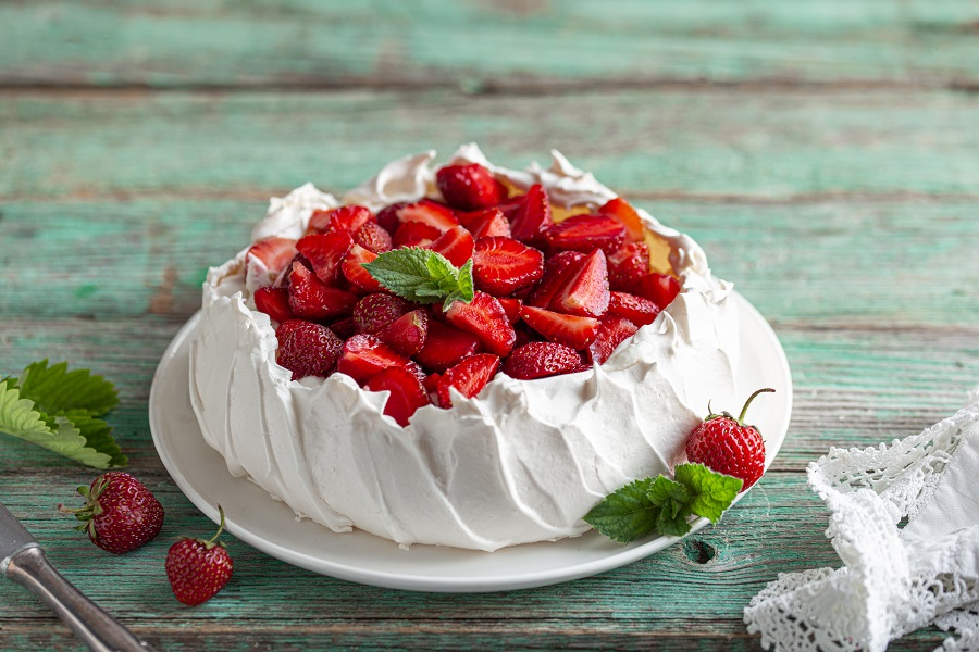 Berry-Pavlova-with-Lemon-Curd-christmas-dessert