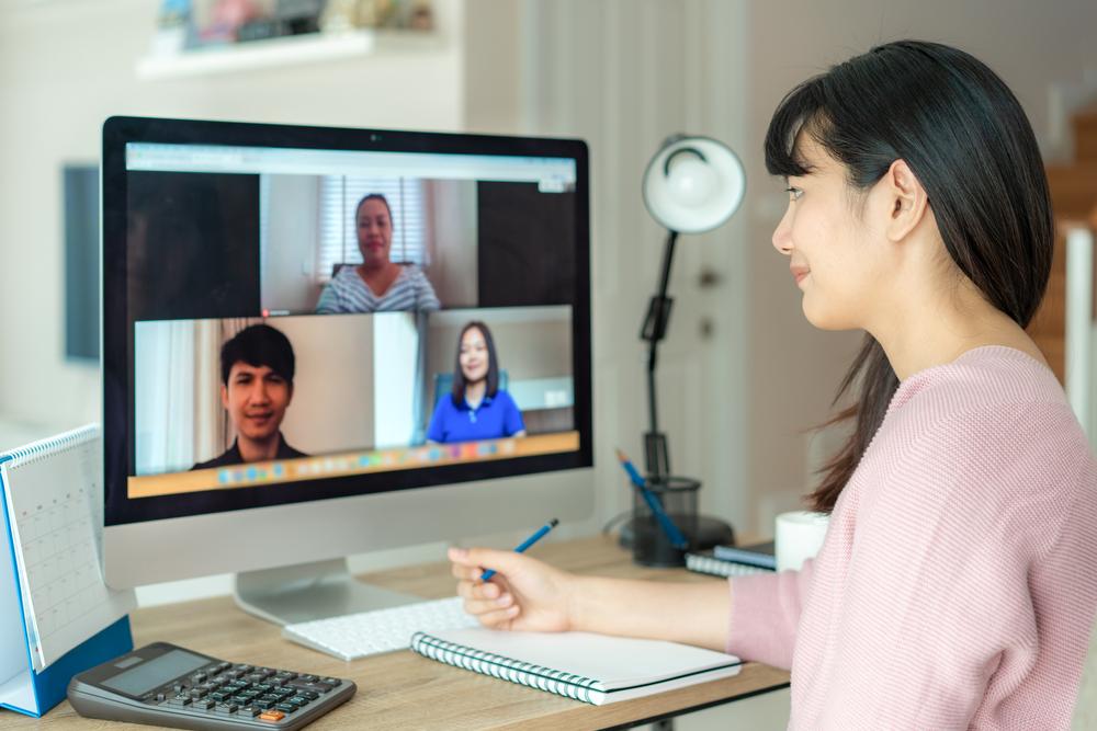 パソコンで3人とオンライン面談するFXを始めた主婦
