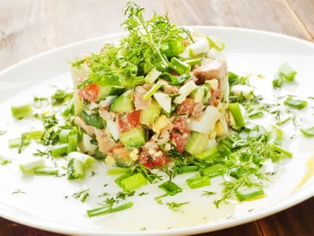 Салат из печени трески с авокадо: (95) 0