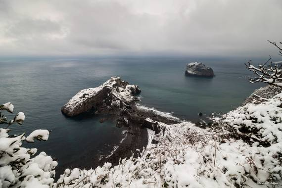 Unai Urresti en Hamelin: Paisaje  (Bermeo), San Juan de Gaztelugatxe y Akatz nevados.  #invierno2020 #nieve #costa