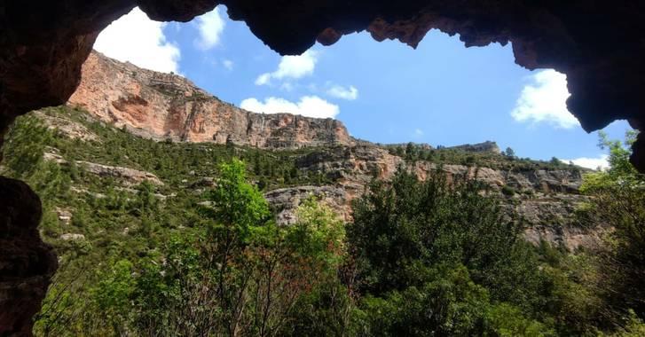aidalzira en Hamelin: Paisaje  (Cortes de Pallás), Cueva del Tejedor no es muy profunda,más bien un agujero muy grande que se usaba para refugio  del ganad...