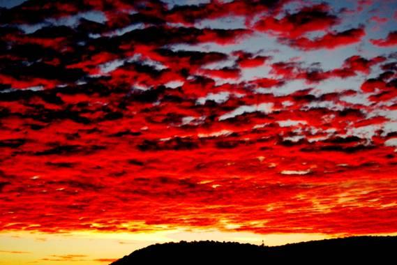 Manelsersol en Hamelin: Paisaje  (Olot), #paisajesnaturales #cielosbonitos #skyperfection #nubes #cloudsky #amanecer #alba #cielorojo #naturaleza   Salida ...