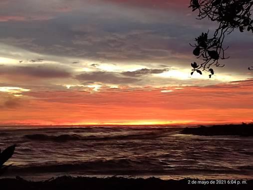 Ptrcmarin en Hamelin: Paisaje  (Bahia Ballena), Un atardecer increíble en Playa Dominical, colores espectaculares. Regalos de la naturaleza. Pura Vida  Cos...