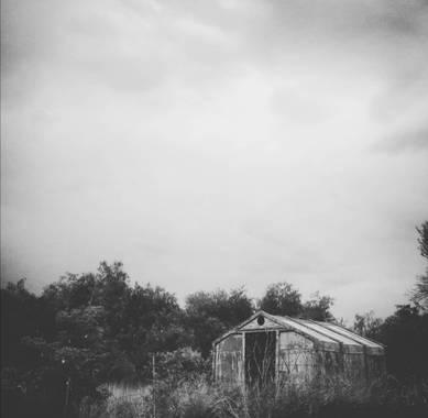 VickyOnTheRocks en Hamelin: Paisaje  (Liria), #miscaminatas #miscaminos #senderos #casasviejas #oldies #barn #bNw
