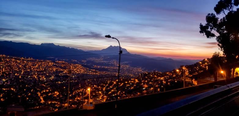 roy.ebalcan en Hamelin: Paisaje  (Macrodistrito Centro), Ciudad de La Paz - Bolivia, llegando en la madrugada  #boliviateespera  #lapaz  #LaPazciudadmaravi...