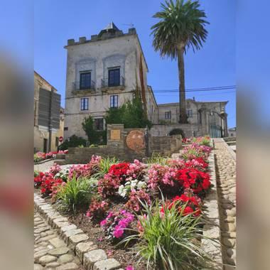 Natalyospina9921 en Hamelin: Paisaje  (Castropol), Los colores de las flores siempre tiñen de alegría los paisajes #parquesyjardines