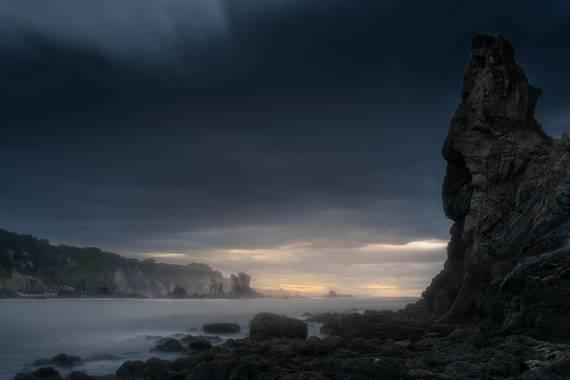 Unaflortraselvisor en Hamelin: Paisaje  (Cudillero), Playa del Silencio, Asturias... Vista desde abajo un día de tormenta.  #asturias #asturias_ig#asturias...