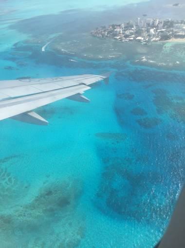 Valentinarodriguezpou en Hamelin: Paisaje  (San Andrés), Esta es una foto en donde se pueden apreciar los distintos colores de el mar desde el avión al sal...