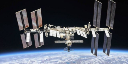 estacion-espacial-internacional-ventana-lo-inmenso-y-lo-diminuto