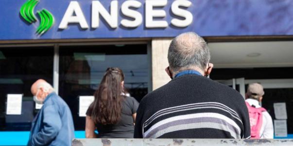 Imagen de la nota 'Cuatro millones y medio de jubilados sobreviven con $18.129 en Argentina'