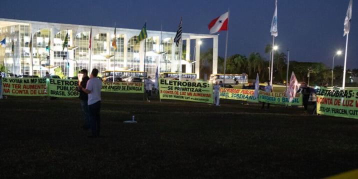 Picture principal - Bolsonaro, con hipo, sigue desmantelado el Estado y amenazando con un golpe
