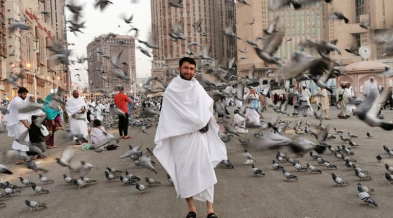 Peregrino com trajes em Meca (Foto: Pixabay)