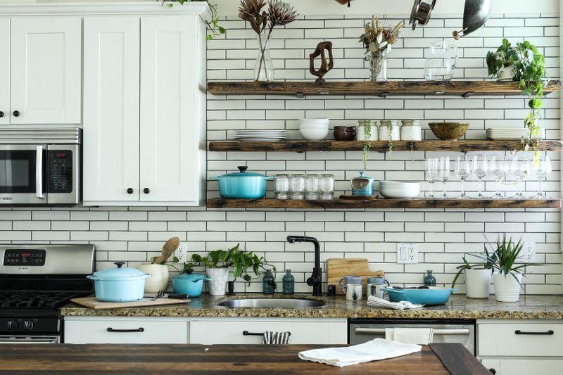 A tidy kitchen (Photo by Edgar Castrejon on Unsplash)
