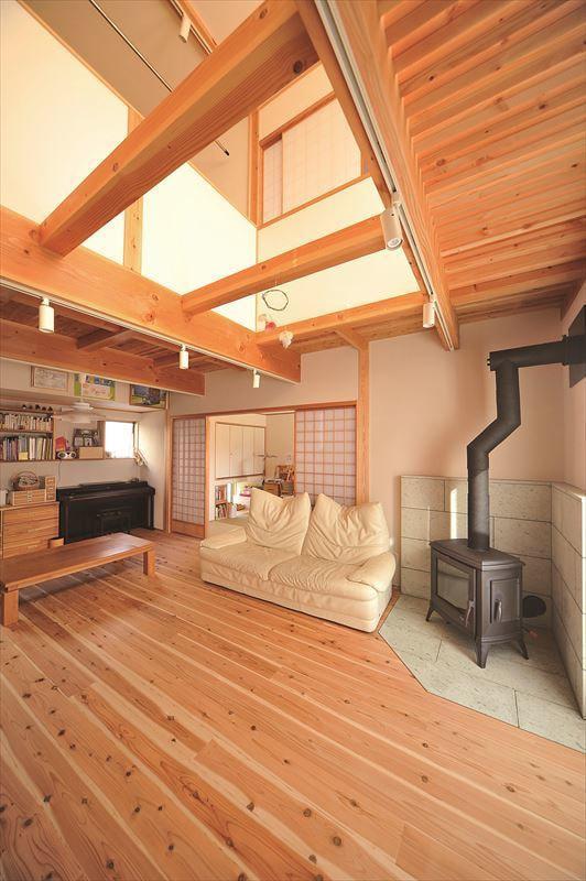 家族で楽しむ薪ストーブのある家の写真5