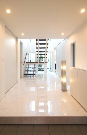 「スケルトン階段が多彩な空間を作り出す家」の写真3