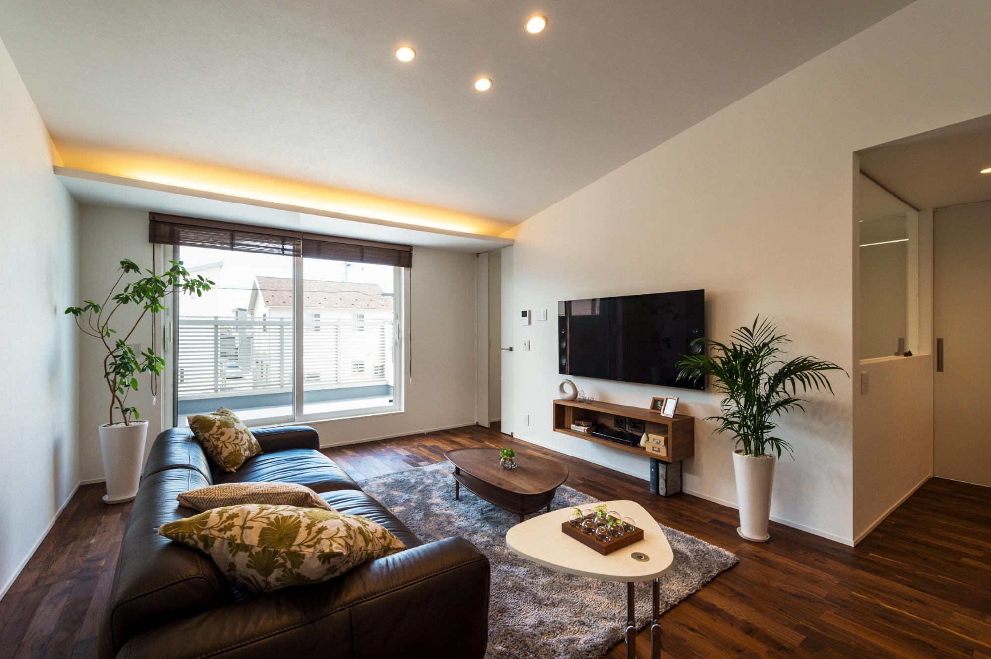 木の質感を生かしたシンプルなデザインの家の写真1