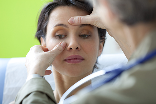 a doctor diagnosing the sinus patient