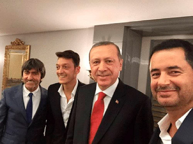 Fenerbahçeli Rıdvan Dilmen, Fenerbahçeli Acun Ilıcalı, Fenerbahçe'ye transfer olan Mesut Özil ve Türkiye Cumhurbaşkanı Recep Tayyip Erdoğan