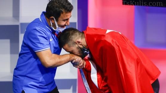 Rekor Kırıp İki Madalya Kazandı Hocasının Elinin Öptü