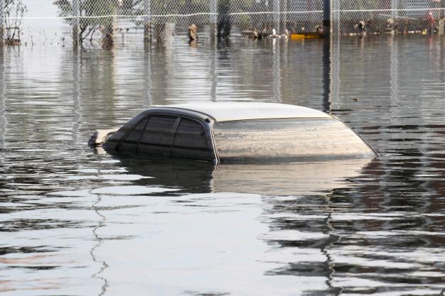 10 Procedimentos a seguir caso seu carro seja pego em uma Enchente