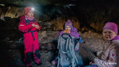 Tre barn inne i Uburhedlaren