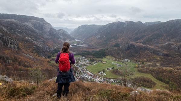 Dame står og beundret utsikten utover dalen og fjellene