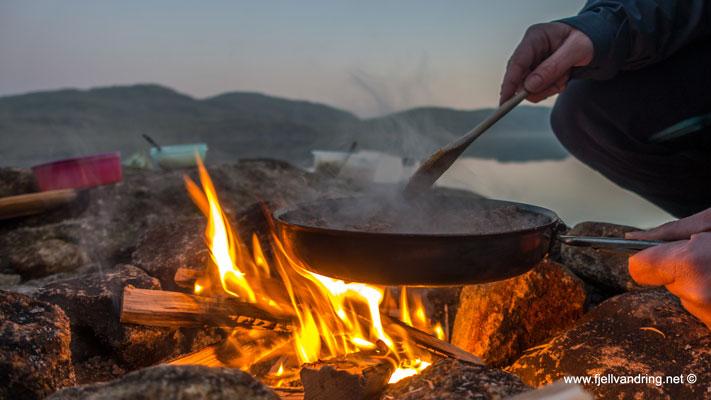 Kokkelering over bålet