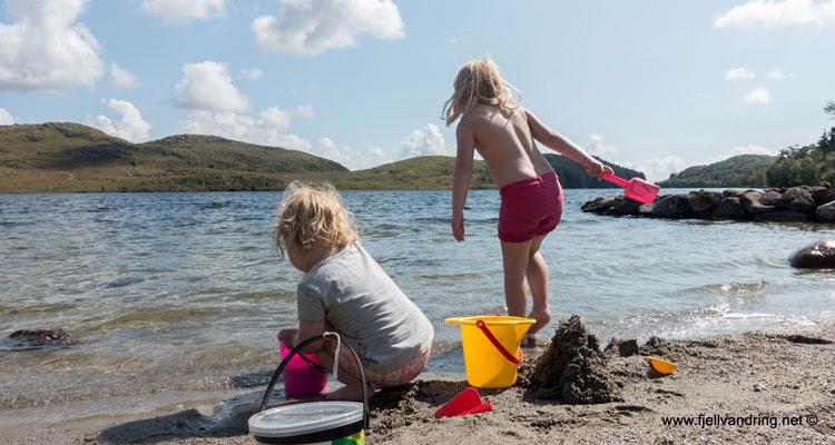Bading og lek i strandkanten